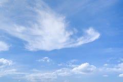 Cirrus en Cumuluswolken in blauwe de zomerhemel stock foto