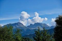 Cirrus en Cumuluswolken over Griekse Blauwe Bergen, Griekenland royalty-vrije stock fotografie