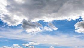 Cirrus et cumulus dans un ciel bleu photos libres de droits
