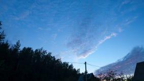 Cirrus se déplaçant au-dessus du village clips vidéos