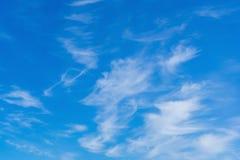 Cirrus sur un ciel bleu de ressort photos libres de droits