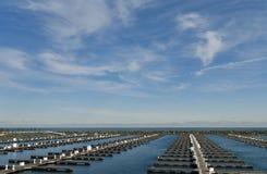 Cirrus-Wolken über einem leeren Hafen Lizenzfreie Stockbilder