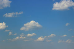 Cirrus-Wolken auf blauem Himmel Stockbild