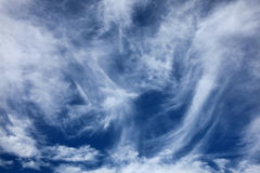 Cirrus-Wolkenhintergrund Stockfoto