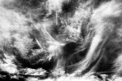 Cirrus-Wolkenschwarzweiss-Hintergrund Stockbilder