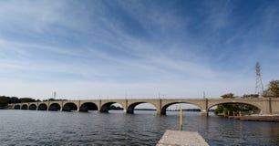 Cirrusmoln Coulds över Vachelen Lindsay Bridge arkivfoton