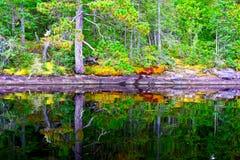 Cirrusmoln sjöreflexioner, provinsiella Quetico parkerar, Ontario Royaltyfri Fotografi