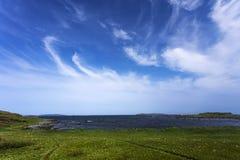 Cirrusmolnmoln över L'Anse hjälpängar, Newfoundland Royaltyfria Bilder