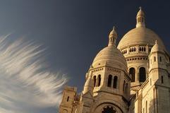 Cirruswolken über Sacre-Coeur lizenzfreie stockbilder