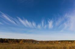 Cirruswolken in de vorm van een kroon Royalty-vrije Stock Afbeelding