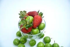 Ciruelo de cereza maduro verde con las fresas fotos de archivo