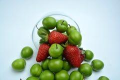 Ciruelo de cereza maduro verde con las fresas foto de archivo libre de regalías