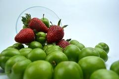 Ciruelo de cereza maduro verde con las fresas fotografía de archivo libre de regalías