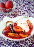 Ciruelos caramelizados Postre Plum Compote con el yogur Fotos de archivo libres de regalías