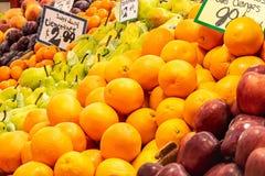 Ciruelos, clementinas, peras de bartlett, naranjas y manzanas imagenes de archivo