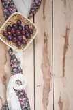 Ciruelos maduros en el fondo de madera Imagen de archivo