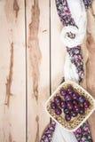Ciruelos maduros en el fondo de madera Foto de archivo libre de regalías