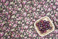 Ciruelos maduros en la servilleta colorida Fotografía de archivo