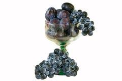 Ciruelos y uvas en vidrio Fotos de archivo libres de regalías