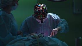 Cirugía de la elevación de cara Tiro del primer en la sala de operaciones de la tabla quirúrgica con el paciente Cirugía en curso metrajes