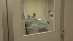 Cirugía del ojo detrás de la puerta del sitio de operación metrajes