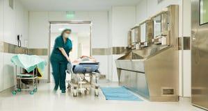 Cirugía paciente de la carretilla de la enfermera Fotos de archivo libres de regalías