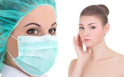 Cirugía plástica - doctor o beautitian en máscara y wom hermoso Fotos de archivo