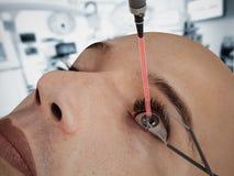 Cirugía del ojo del laser en carácter del cgi 3D Foto de archivo libre de regalías
