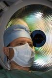 Cirujano bajo la lámpara Fotografía de archivo libre de regalías