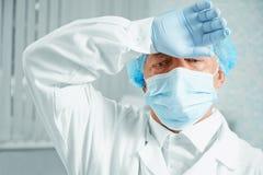 Cirujano cansado de un más viejo hombre Imagen de archivo libre de regalías