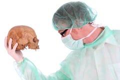 Cirujano con el cráneo Imagenes de archivo