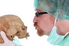 Cirujano con el cráneo Imagen de archivo libre de regalías