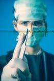 Cirujano con el escalpelo Fotografía de archivo libre de regalías