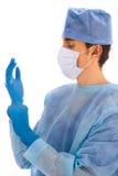 Cirujano con la capa quirúrgica azul Imagen de archivo