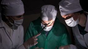 Cirujano de las personas en el trabajo en sala de operaciones almacen de video