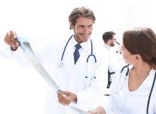 Cirujano de sexo masculino con informe de examen de la radiografía de la enfermera foto de archivo