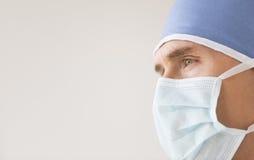 Cirujano de sexo masculino Wearing Surgical Mask y casquillo Foto de archivo libre de regalías