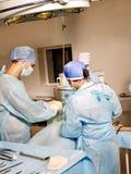 Cirujano del grupo en sala de operaciones. Foto de archivo libre de regalías