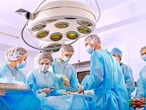 Cirujano en el trabajo en sala de operaciones. Foto de archivo