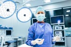 Cirujano en la sala de operaciones lista para trabajar en paciente Imágenes de archivo libres de regalías