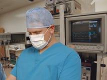 cirujano en sala de urgencias imagen de archivo libre de regalías
