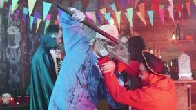 Cirujano loco y pirata malvado que luchan en un partido de Halloween metrajes
