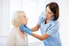 Cirujano plástico o doctor con el paciente Imágenes de archivo libres de regalías