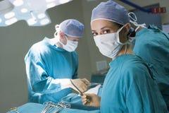 Cirujano que consigue listo al funcionamiento en un paciente Imagenes de archivo