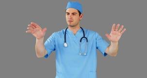 Cirujano que finge utilizar la pantalla digital futurista almacen de metraje de vídeo