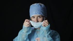 Cirujano que pone una máscara 1080 p metrajes