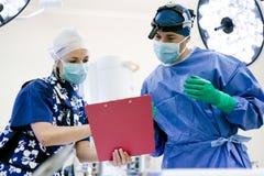 Cirujano y enfermera en teatro de operaciones Foto de archivo libre de regalías
