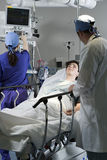 Cirujanos con el paciente Fotos de archivo