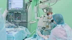 Cirujanos de la oftalmología dentro de la intervención almacen de metraje de vídeo