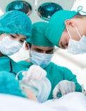 Cirujanos durante una cirugía Foto de archivo